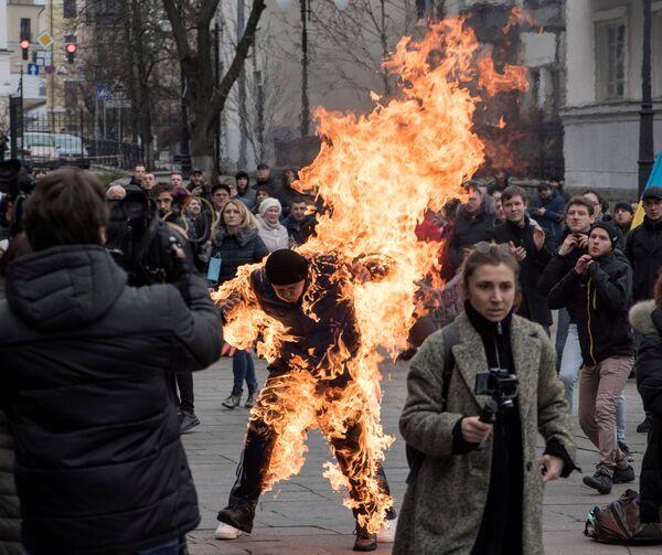 Protestující se podpálil před prezidentskou kanceláří v Kyjevě. Muž, který se představil jako Olexandr Burlakov, chtěl podle svých slov upozornit na to, že mu úřady nelegálně zabavily půdu. - Sputnik Česká republika