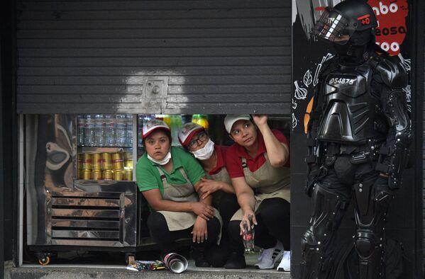 Lidé sledují střet demonstrantů s těžkooděnci v kolumbijské Bogotě - Sputnik Česká republika