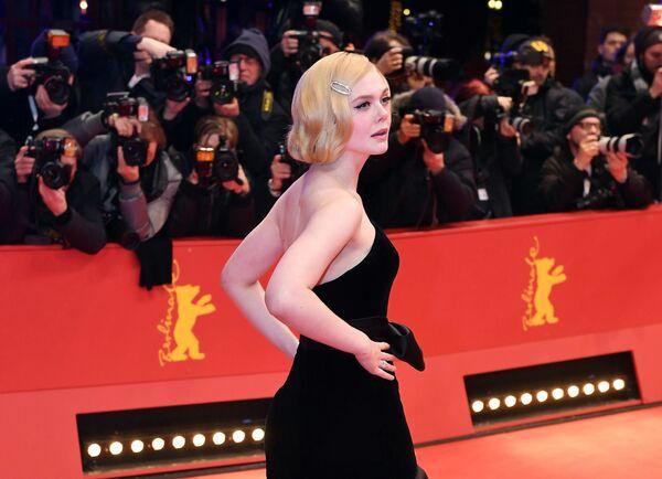 Herečka Elle Fanningová na Berlínském mezinárodním filmovém festivalu Berlinale - Sputnik Česká republika