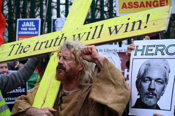 Účastník protestní akce v Londýně proti vydání zakladatele WikiLeaks Juliana Assangeho do Spojených států - Sputnik Česká republika