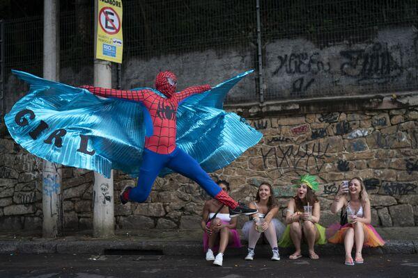 Muž v obleku Spidermana na oslavách Ceu na Terra (Nebe na zemi) v Riu de Janeiru - Sputnik Česká republika
