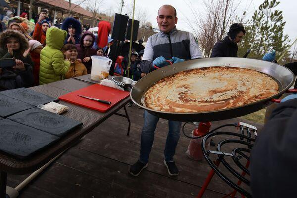 Příprava největší palačinky na jihu Ruska, konkrétně ve vesnici Moldavanskoje v Krasnodarském kraji. - Sputnik Česká republika