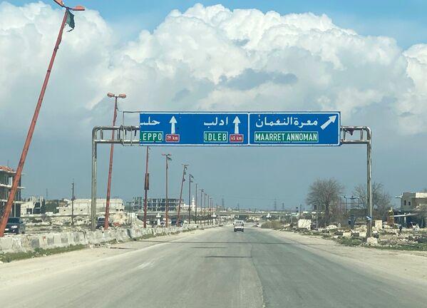 Dálnice M5 spojující Damašek a Aleppo u města Ma'arat an-Numán v provincii Idlib. - Sputnik Česká republika