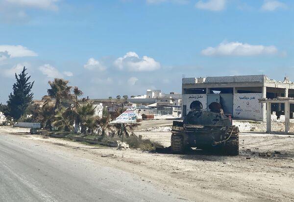 Tank u dálnice M5 spojující Damašek a Aleppo u města Ma'arat an-Numán v provincii Idlib. - Sputnik Česká republika