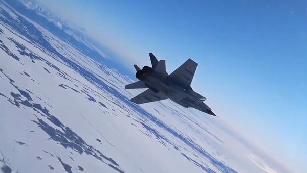Stíhací letoun MiG-31 předvedl své schopnosti na pozadí velkolepé přírody Kamčatky - Sputnik Česká republika