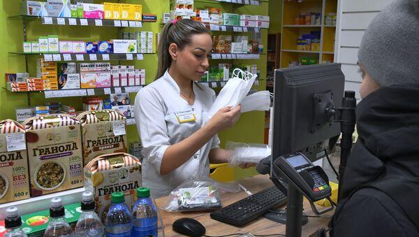 Lékarnice prodává masky. Ilustrační foto - Sputnik Česká republika