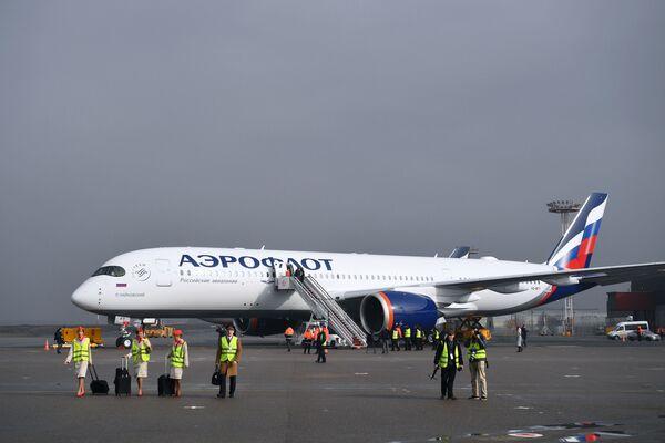 Airbus A350 má také jedinečný osvětlovací systém, který může měnit barvy v závislosti na fázi letu.  - Sputnik Česká republika