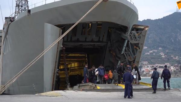 Video: Další pomoc? Řecké plavidlo přistálo v místním přístavu kvůli ubytování migrantů - Sputnik Česká republika