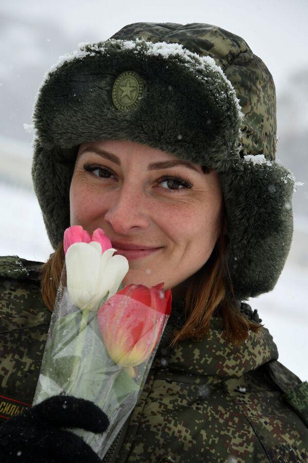 Kynoložka s květinami. Soutěž vojenských kynologů Věrný přítel v Ussurijsku, Rusko.  - Sputnik Česká republika
