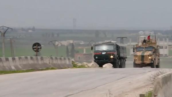 Video: Obrněné vozy s ruskými a tureckými vlajkami hlídají důležitou dálnici v provincii Idlib - Sputnik Česká republika