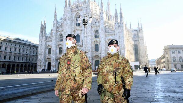 Policisté v respirátorech v Milánu - Sputnik Česká republika