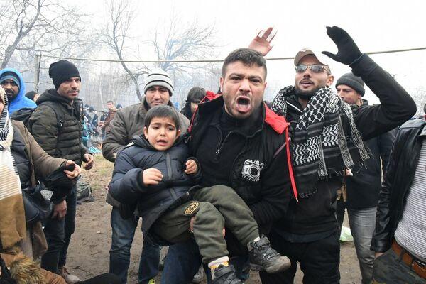 Kontrolní stanoviště na řecko-turecké hranici, kde policie použila slzný plyn proti uprchlíkům - Sputnik Česká republika