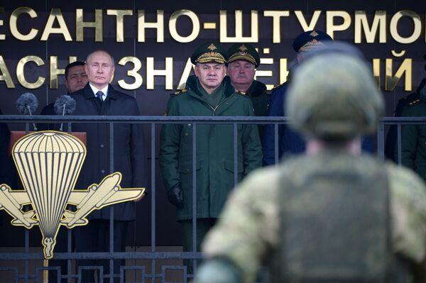 Ruský prezident Vladimir Putin provádí kontrolu vojenského personálu - Sputnik Česká republika