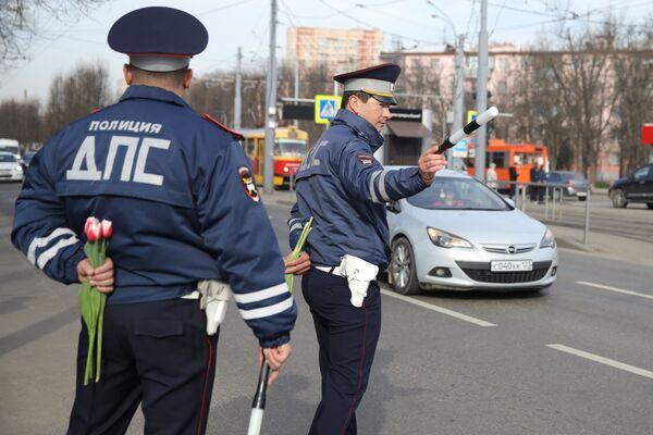 Policisté na jihu Ruska blahopřejí řidičkám k Mezinárodnímu dni žen - Sputnik Česká republika