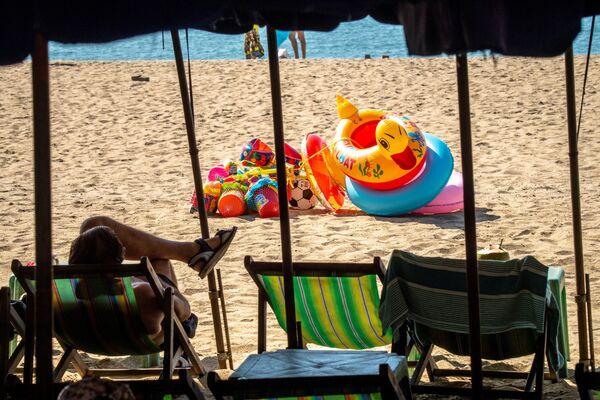 Osamělý turista na prázdné pláži v Thajsku - Sputnik Česká republika