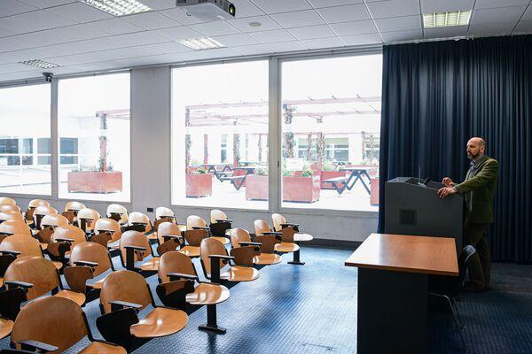 Profesor Maurizio Casiraghi v prázdné aule univerzity Milano-Bicocca - Sputnik Česká republika