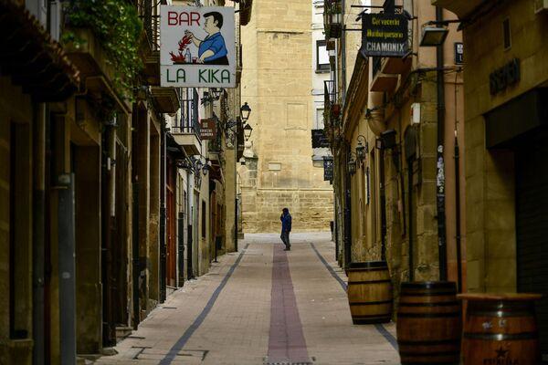 Člověk na prázdné ulici ve Španělsku - Sputnik Česká republika