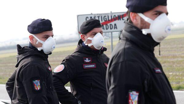 Policisté v respirátorech v Itálii - Sputnik Česká republika