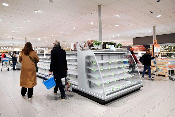Zásobujte se, kdo může: Vyděšení zákazníci kvůli koronaviru masivně vymetají zboží z regálů - Sputnik Česká republika