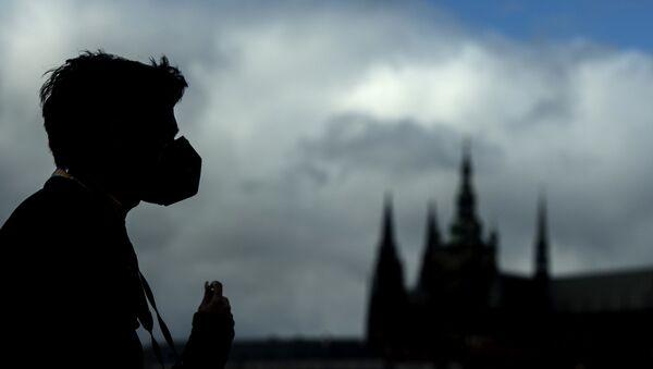 Silueta muže na Karlově mostě v Praze - Sputnik Česká republika