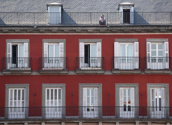 Dívka na střeše domu v Madridu - Sputnik Česká republika