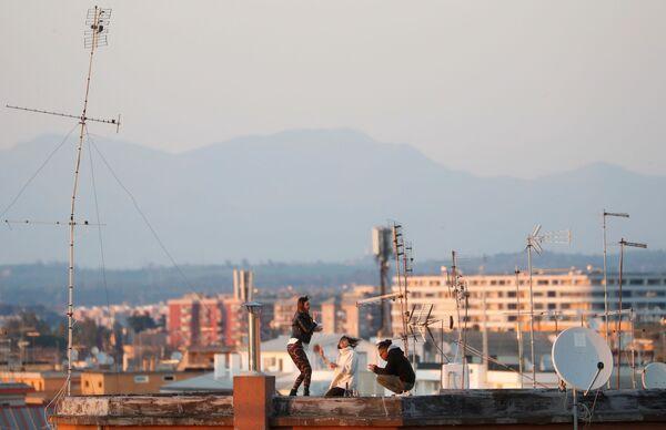 Dívka na střeše domu v Římě - Sputnik Česká republika