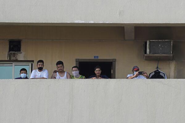 Dělníci na balkóně domu ve městě Manáma, Bahrajn - Sputnik Česká republika