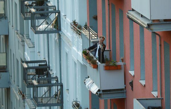 Muž hraje na housle na balkóně v Berlíně - Sputnik Česká republika