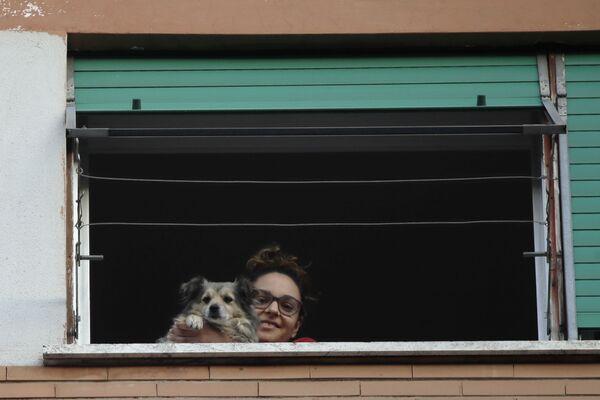 Dívka se svým psem vyhlíží z okna. Řím, Itálie - Sputnik Česká republika