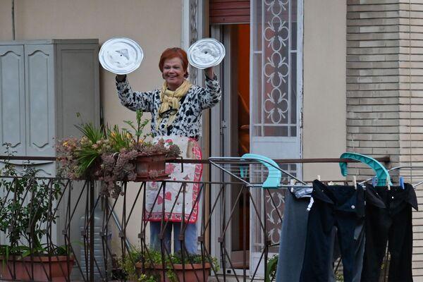 Žena s hrnci se účastní akce Podívej se z okna. Řím, Itálie - Sputnik Česká republika