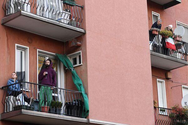 Lidé na balkónech. Milán, Itálie - Sputnik Česká republika