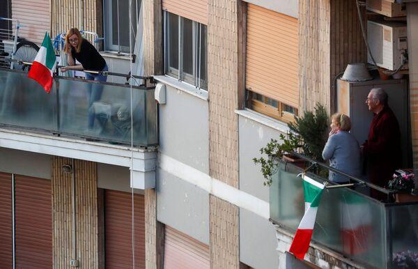 Lidé na balkónech v Římě, Itálie - Sputnik Česká republika