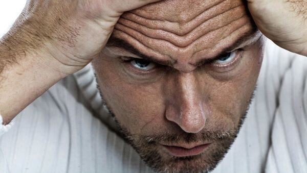 Muž si sahá na obličej - Sputnik Česká republika