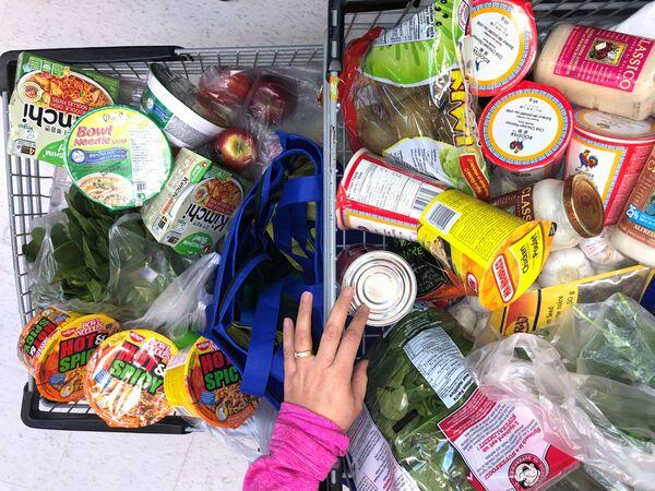 Kupující s nákupním košem. Vancouver, Kanada - Sputnik Česká republika