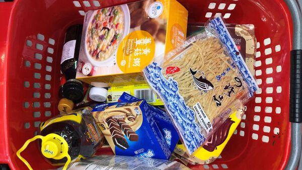 Košík potravin v supermarketu - Sputnik Česká republika
