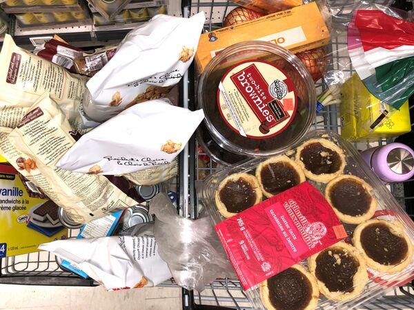 Nákupní koš s potravinami v kanadském supermarketu - Sputnik Česká republika