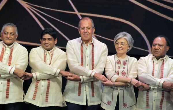 Ruský ministr zahraničí Sergej Lavrov při slavnostním společném fotografování s ministry zahraničních věcí členských zemí ASEAN na okraji summitu v Manile, Filipíny - Sputnik Česká republika