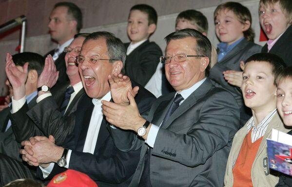 Tehdejší premiér Viktor Zubkov, ministr zahraničí Sergej Lavrov a první místopředseda vlády Sergej Ivanov během prvního mezinárodního turnaje ledního hokeje Fetisův pohár - Sputnik Česká republika
