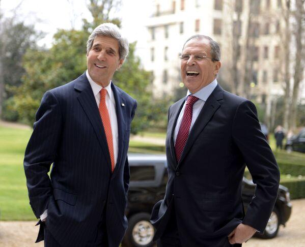 Ministr zahraničí USA John Kerry a ruský ministr zahraničí Sergej Lavrov během jednání v Paříži - Sputnik Česká republika