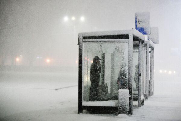 Lidé čekají na zastávce během sněžení v Podolsku, Rusko - Sputnik Česká republika