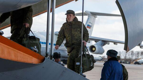 Vojenský personál při nástupu do letadla ruských leteckých sil Il-76 - Sputnik Česká republika