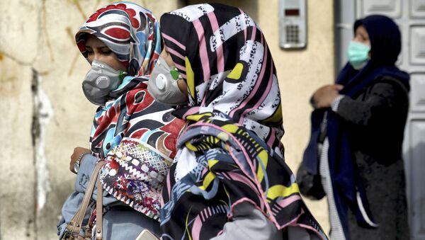 Ženy chodí po jedné z centrálních ulic Teheránu v rouškách - Sputnik Česká republika