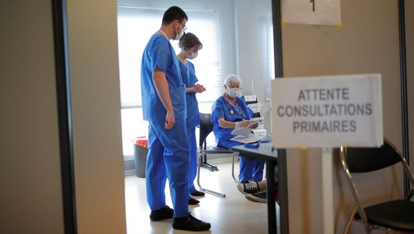 Lékaři ve francouzské nemocnici ve městě Vannes, kam přivážejí pacienty s COVID-19 - Sputnik Česká republika