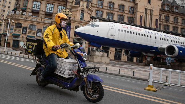 Motociklista v čínském Wu-chanu - Sputnik Česká republika