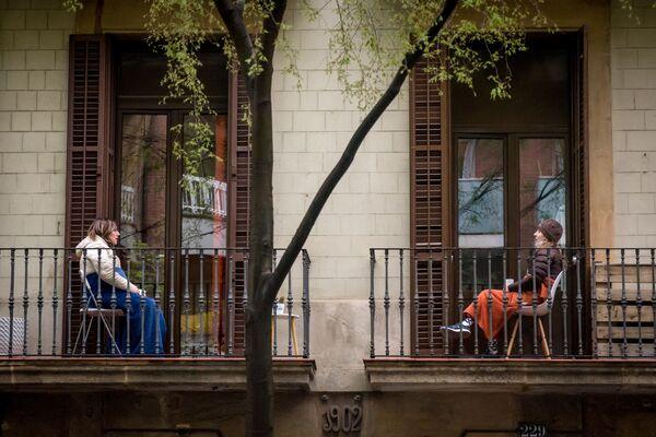 Ženy komunikují ze svých balkonů v Barceloně - Sputnik Česká republika