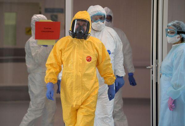 Ruský prezident Vladimir Putin v bioprotektivním obleku během návštěvy nemocnice v Kommunarce - Sputnik Česká republika