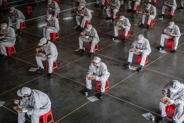 Pracovníci během přestávky na oběd na automobilovém závodě Dongfeng Honda Wuhan, Čína - Sputnik Česká republika