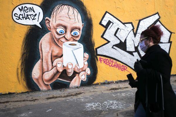 Graffiti zobrazující Golumovu postavu z filmu Pán prstenů s rolí toaletního papíru a nápisem My Charm v Berlíně, Německo - Sputnik Česká republika