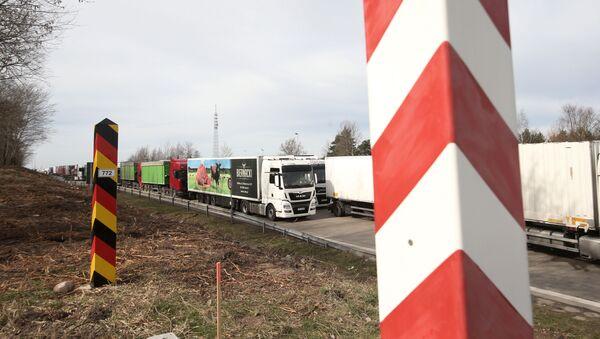 Dopravní zácpa kamionu na německo-polské hranici dne 18. března 2020 - Sputnik Česká republika