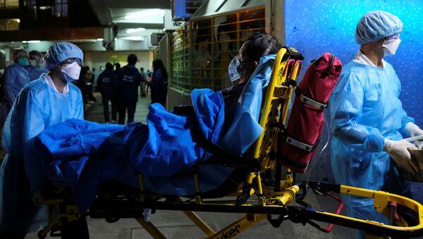 Záchranáři přepravují pacienta v Hongkongu - Sputnik Česká republika